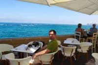 Snídaně v přístavu u Středozemního moře